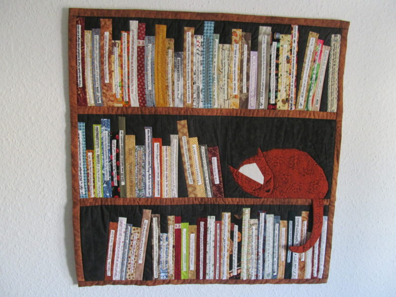 Bücherregal mit Katze