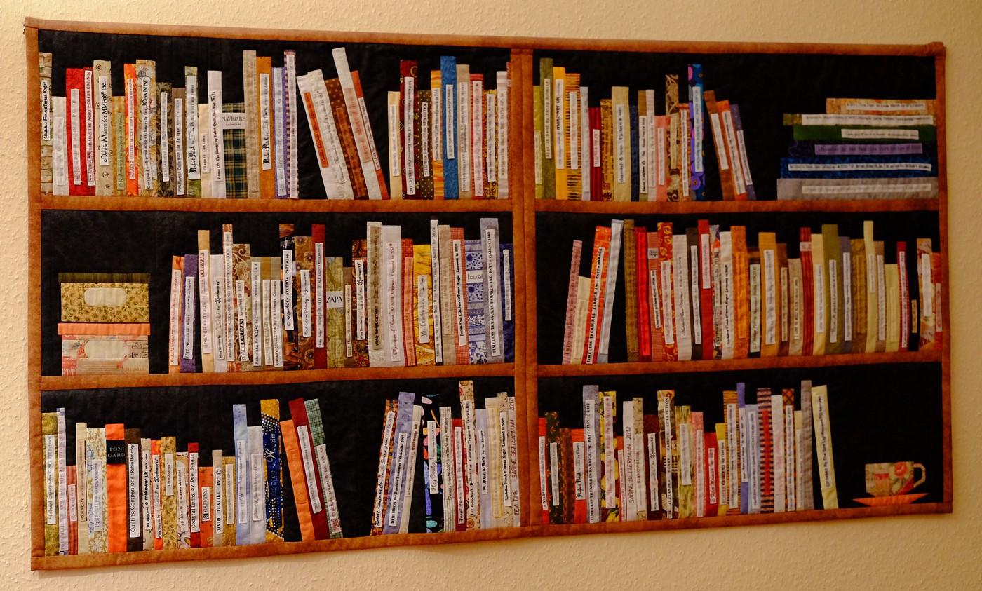 Großes Bücherregal mit Tasse